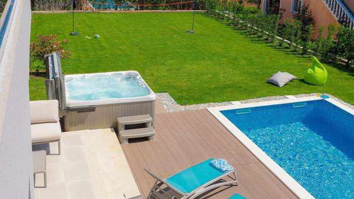 Fully equipped villa with spacious garden, swimming pool, jacuzzi, 6