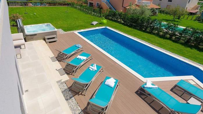 Fully equipped villa with spacious garden, swimming pool, jacuzzi, 8