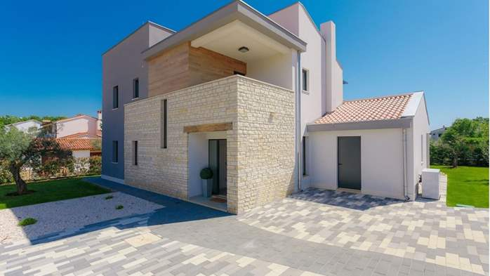 Fully equipped villa with spacious garden, swimming pool, jacuzzi, 12