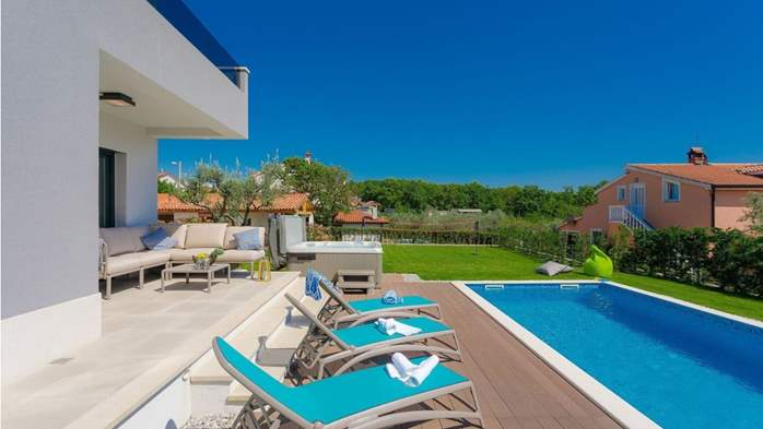 Fully equipped villa with spacious garden, swimming pool, jacuzzi, 9