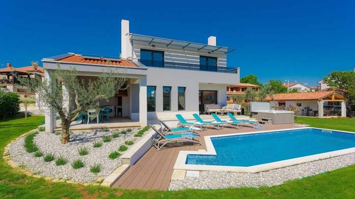 Fully equipped villa with spacious garden, swimming pool, jacuzzi, 3