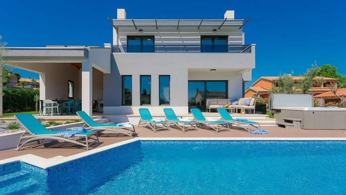 Fully equipped villa with spacious garden, swimming pool, jacuzzi, 2