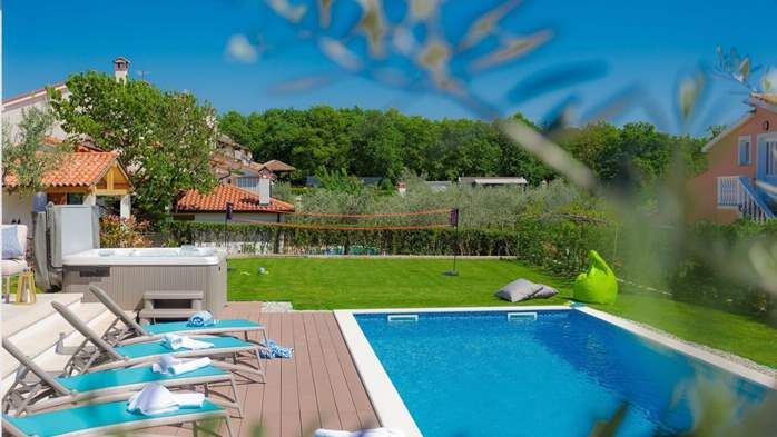 Fully equipped villa with spacious garden, swimming pool, jacuzzi, 7