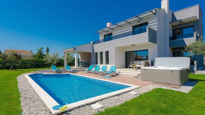 Fully equipped villa with spacious garden, swimming pool, jacuzzi, 1