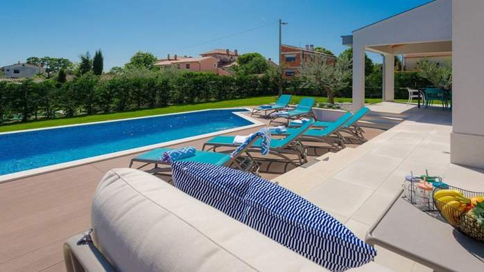 Fully equipped villa with spacious garden, swimming pool, jacuzzi, 11