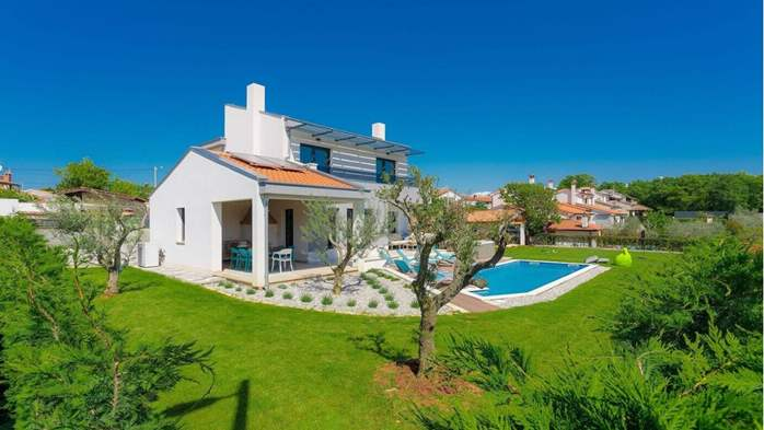 Fully equipped villa with spacious garden, swimming pool, jacuzzi, 5