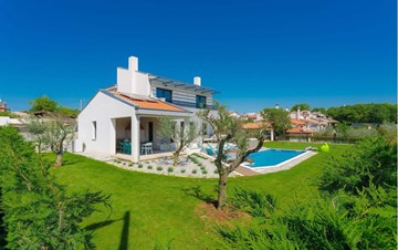 Fully equipped villa with spacious garden, swimming pool, jacuzzi