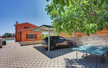 Villa with sea view, swimming pool, fenced lawn