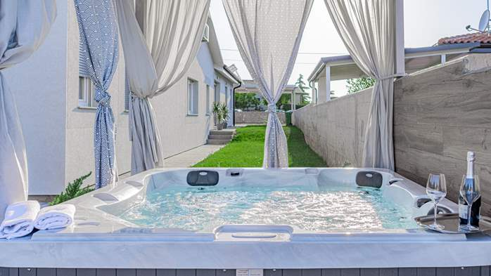 Luxury villa with outdoor pool and jacuzzi for 8 persons, 4