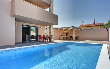 Luxurious villa with pool, sun terrace and terrace with fireplace