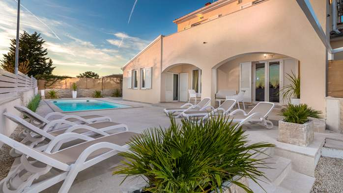 Villa in Pula with five bedrooms and a saltwater pool, 1