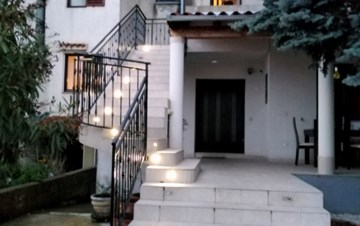 The terraced house offers nicely decorated apartments in Pula