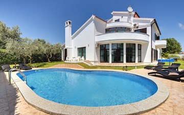Villa with sea view, private pool, sauna and gym