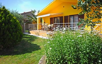 Comfortable house in Medulin, close to the sea, with garden