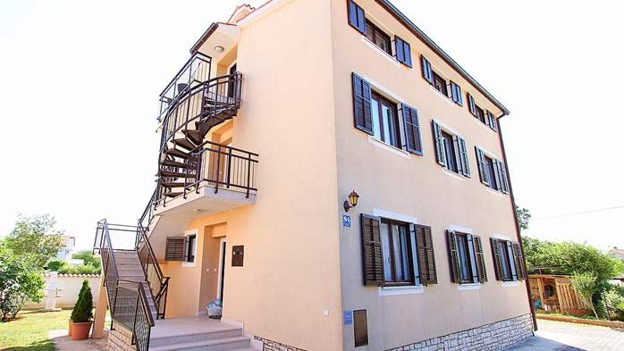 Detached house in Medulin offers accommodation for 18 persons, 7