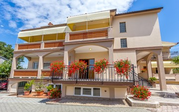 Large, nicely decorated House Nevija in Medulin offers apartments