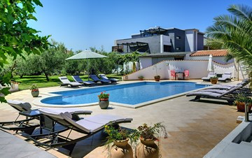 Modernly furnished house in Medulin with 4 apartments and pool