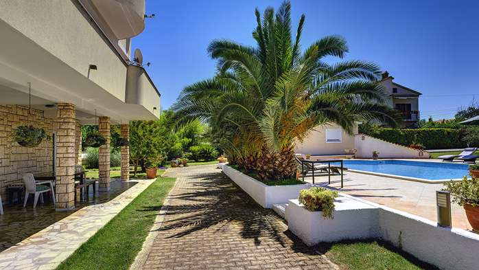 Modernly furnished house in Medulin with 4 apartments and pool, 21