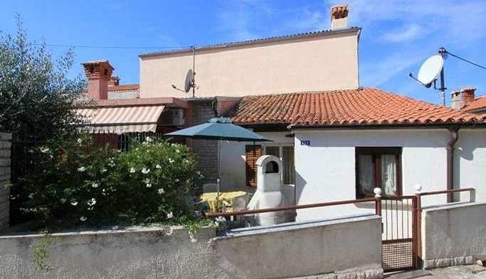 Nice little air conditioned house in Pomer with terrace and BBQ, 1