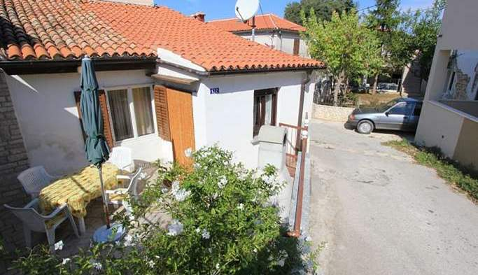 Nice little air conditioned house in Pomer with terrace and BBQ, 2