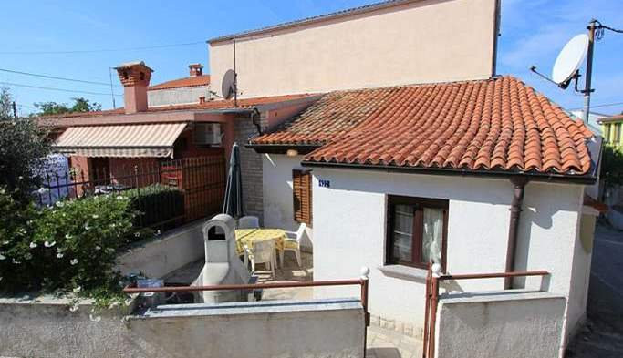 Nice little air conditioned house in Pomer with terrace and BBQ, 4