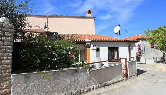 Nice little air conditioned house in Pomer with terrace and BBQ, 5