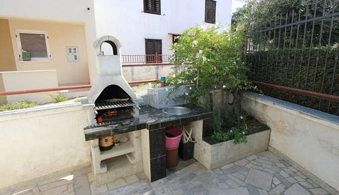 Nice little air conditioned house in Pomer with terrace and BBQ, 6