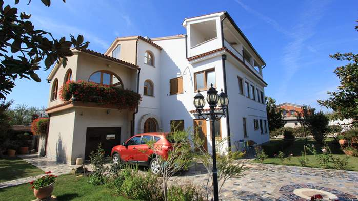 The luxurious house with a yard in Pomer offers accommodation, 23