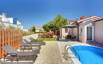 Nice and comfortable holiday home with private pool in Štinjan