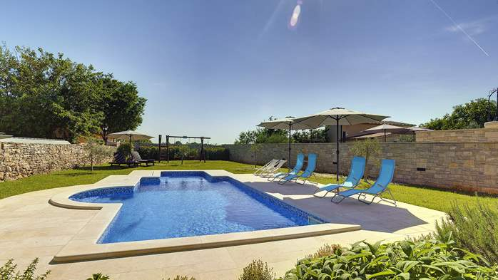 Stone villa with swimming pool, 3 bedrooms, children's playground, 5