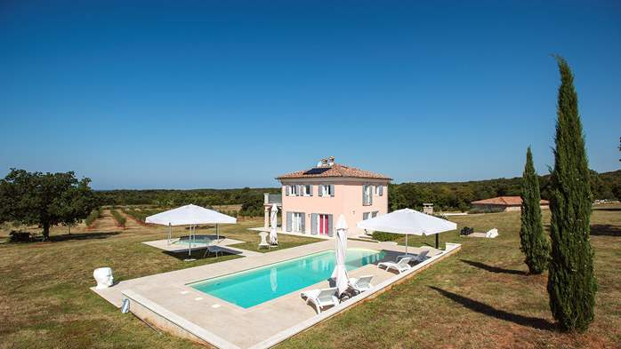 Attractive villa surrounded by olive groves, 1km from the sea, 6