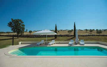 Attractive villa surrounded by olive groves, 1km from the sea