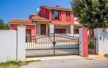 House with spacious yard, parking place and barbecue in Banjole