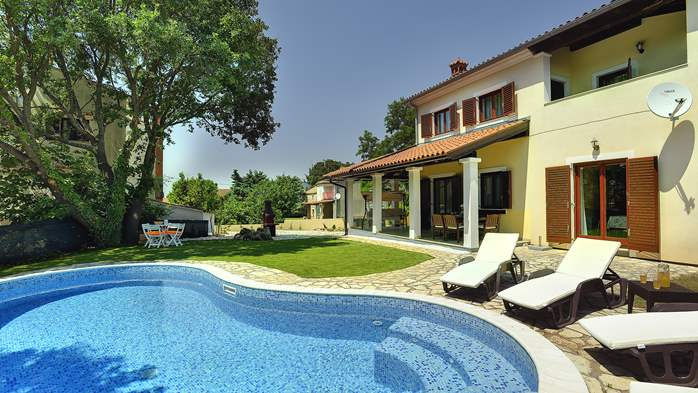 Villa with a swimming pool and whirlpool, 600 m from the sea, 1