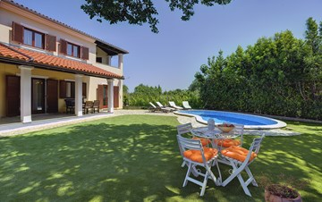 Villa with a swimming pool and whirlpool, 600 m from the sea
