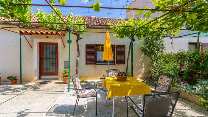Small air conditioned terrace house in Pula, with SAT-TV and BBQ, 4