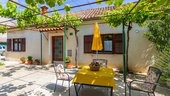 Small air conditioned terrace house in Pula, with SAT-TV and BBQ, 5