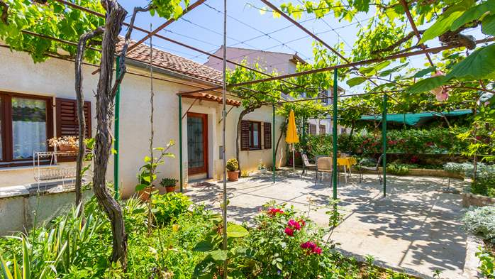 Small air conditioned terrace house in Pula, with SAT-TV and BBQ, 6