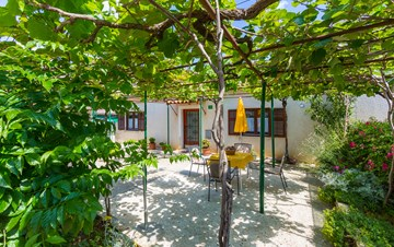 Small air conditioned terrace house in Pula, with SAT-TV and BBQ