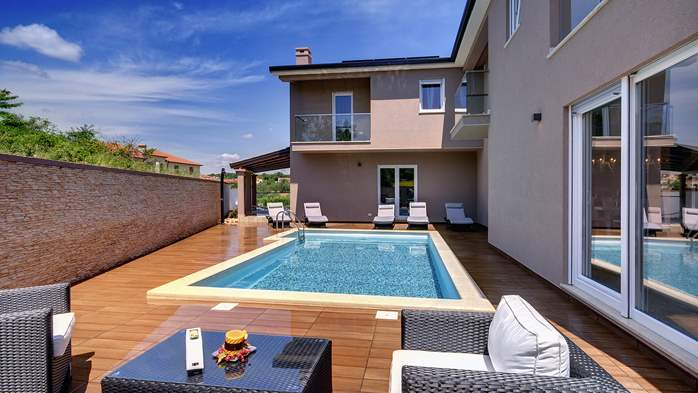 Modern villa with a private pool, WiFi, parking, 5