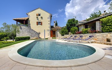 Attractive villa with pool, surrounded by greenery, for 8 people