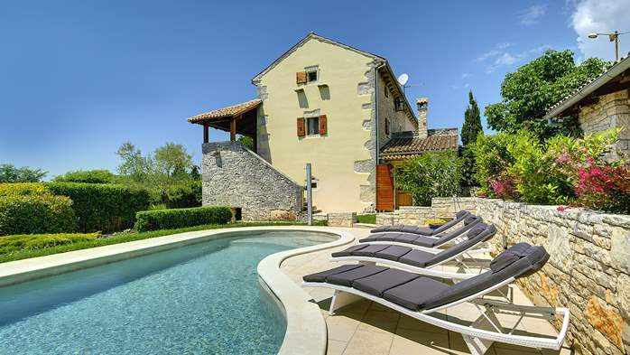 Attractive villa with pool, surrounded by greenery, for 8 people, 4