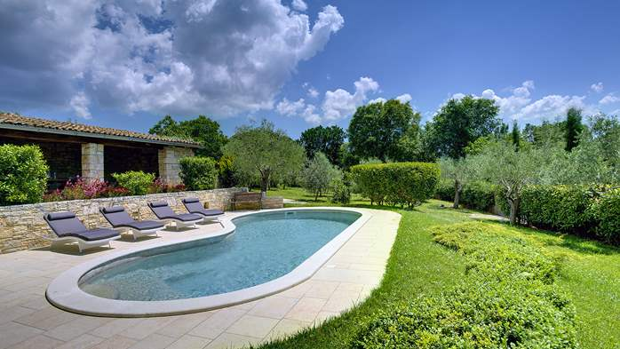 Attractive villa with pool, surrounded by greenery, for 8 people, 6