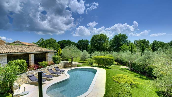 Attractive villa with pool, surrounded by greenery, for 8 people, 1