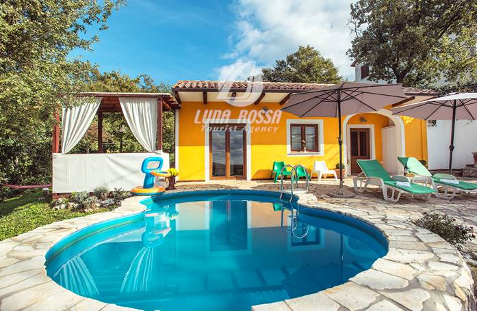 Contattateci per questa villa con piscina e terrazza con griglia