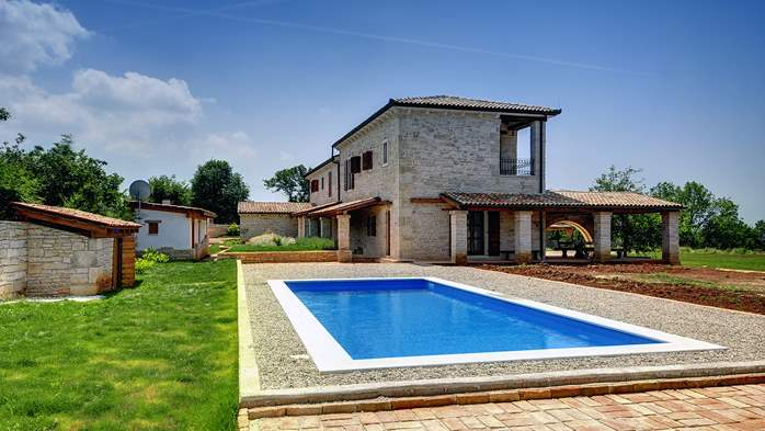 Villa with private pool, 2 covered and furnished terraces and BBQ, 11