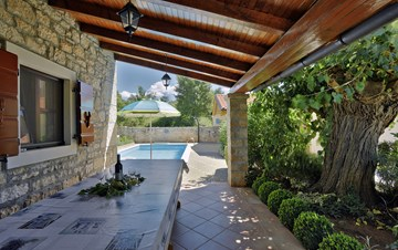 Charming villa with pool, parking, pets are welcome