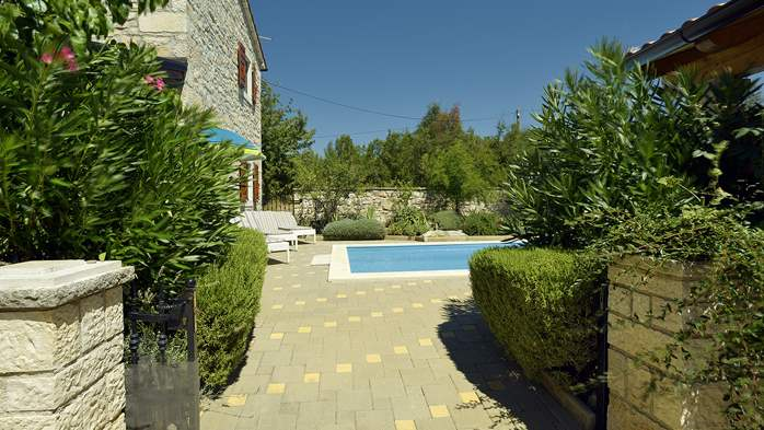 Charming villa with pool, parking, pets are welcome, 5