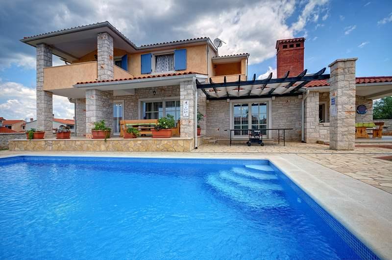Villa su due piani a golubovo con piscina privata for Piani di piscina