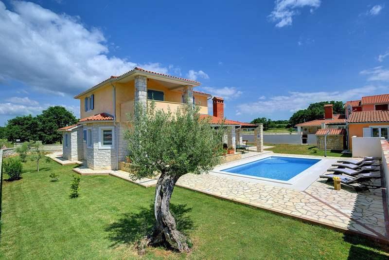 Villa su due piani a golubovo con piscina privata for Casa a 2 piani con piscina